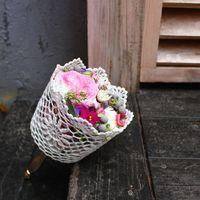 Букет невесты из фиалок и роз в розовых тонах в белом кружевном каркасе