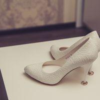 Белые лодочки со свадебными кольцами в каблуках