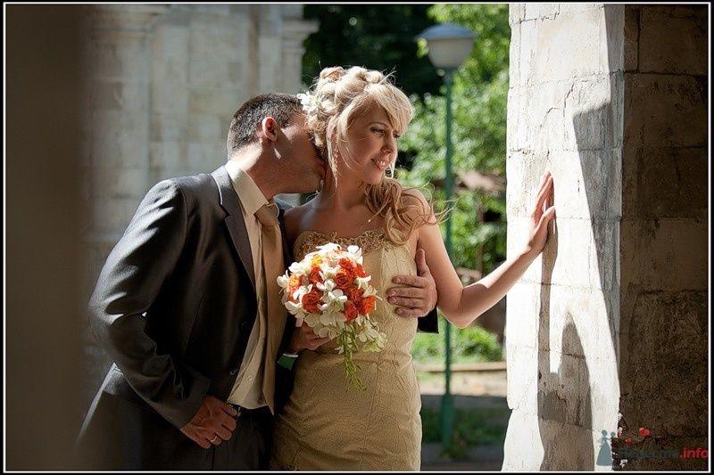 Жених и невеста, прислонившись друг к другу, стоят на фоне зелени и - фото 33325 tsarina