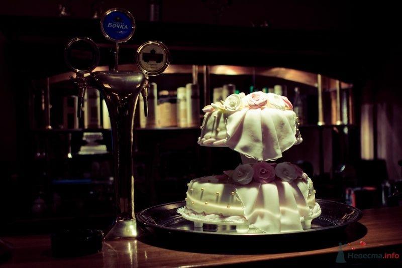 Двухъярусный свадебный торт, украшенный сахарными розами и жемчугом   - фото 34967 ОЛИК