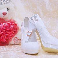 Белые лодочки невесты с  кольцами на каблуке  и свадебный букет  у плюшевого белого мишки на белом покрывале с узором