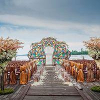 Свадебные тематики типа «прованс» все еще не теряют своей актуальности, но на смену им приходит стиль fashion-истории, граничащий с витринистикой. При оформлении пространства в этом стиле необходимо учитывать все актуальные тенденции в мире моды, при этом