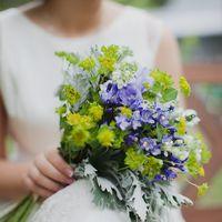 Свадебный букет в стиле рустик из голубых фиалок и зелени
