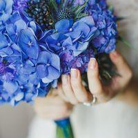 Ярко-голубой букет невесты из гортензий