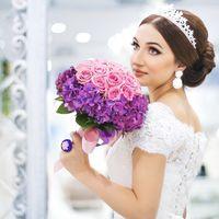 Образ невесты с розово-сиреневым букетом невесты из роз и гортензий