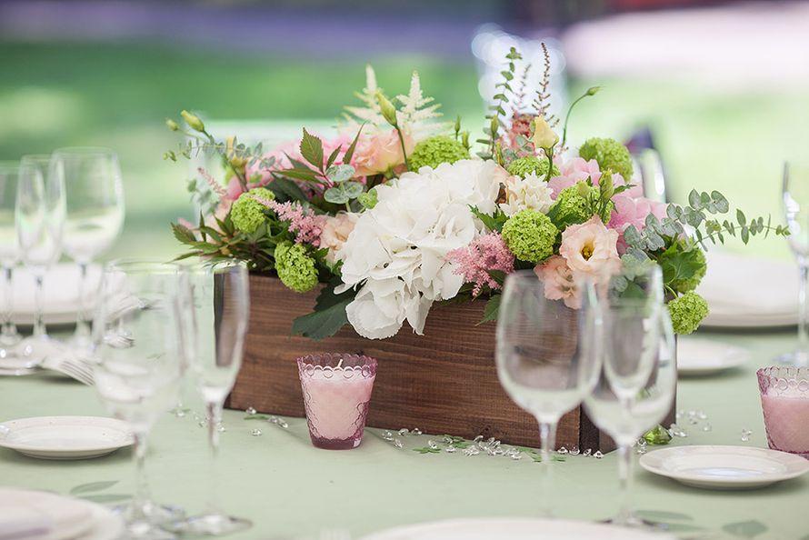 Белая и розовая гортензии, астильба, розовые лизиантусы, вибурнум, эвкалипт, кустовая роза и вероника в деревянном кашпо.  - фото 3051881 EkaterinaTeb