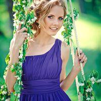 Подружка невесты на качеле