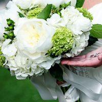 Букет невесты из белых гортензий, роз и зеленого вибурнума и гиперикума