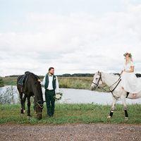 Жених и невеста на лошадях.