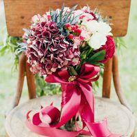 Букет невесты из гортензий, роз и гиперикума в розово-красных тонах