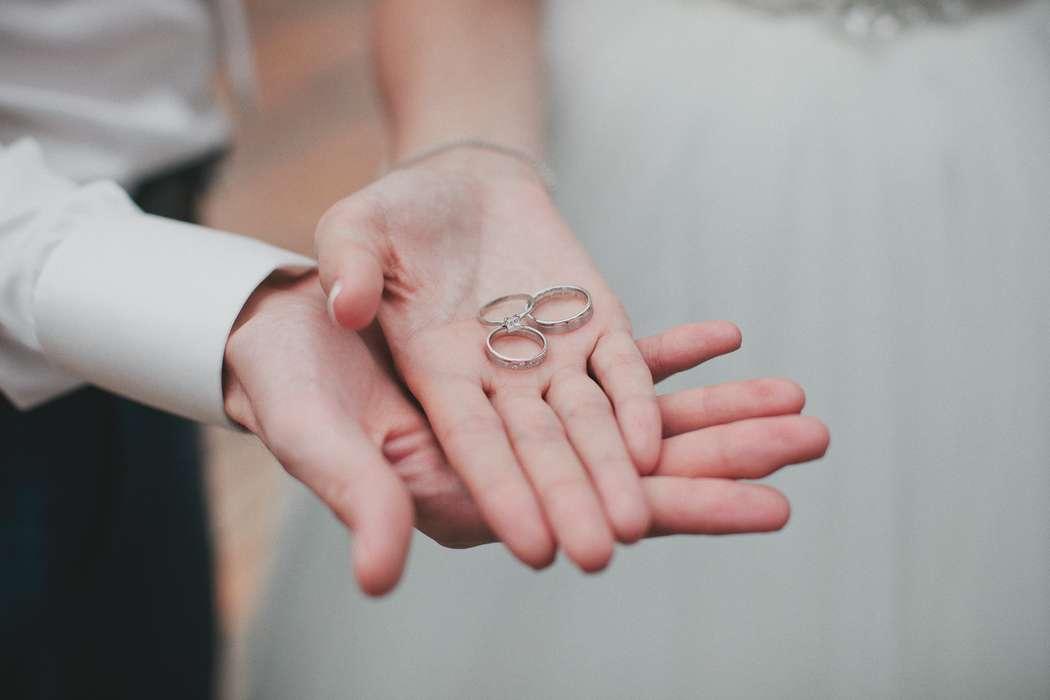 Большая картинка обручальные кольца на руках