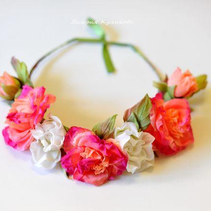 Венок на голову из белых и персиковых роз