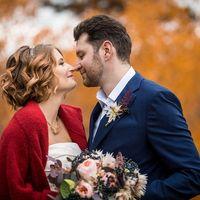 Мария и Давыд, наши молодожены, которые осуществили нашу мечту, мечту организовать свадьбу в стиле ЛОФТ! В чем особенность такого мероприятия и почему это круто?  Только представьте себе атмосферу: приглушенный свет, кирпичные стены, повсюду белые свечи,