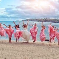 Невеста и её подружки в прыжке