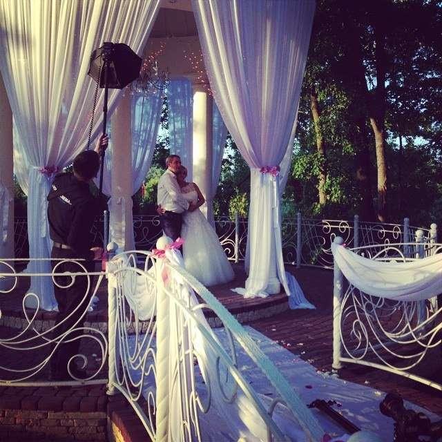 """Прекрасная пара в прекрасном куполе,заменяюще арку,хупу и шатер! - фото 3161731 Студия стильных свадеб """"La Feerie"""", агентство"""