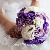 Букет невесты в сиренево-белых тонах из роз, гортензий и эустом
