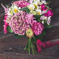 Букет невесты из розовых гортензий, роз, астильбы, ранункулюсов, гвоздик и белых альстромерий