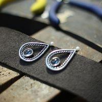 Серьги из серебра с голубыми топазами.