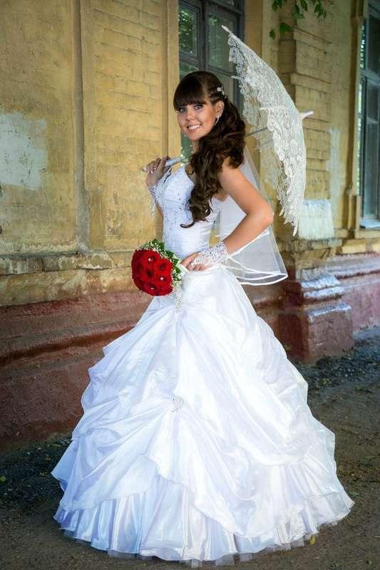 Пышное платье из сатина с асимметричной юбкой и кружевным корсетом  - фото 3226719 Стилист Анастасия Чередникова