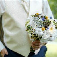 Букет невесты из белых роз, ромашек, шишек, сукулентов и хлопка