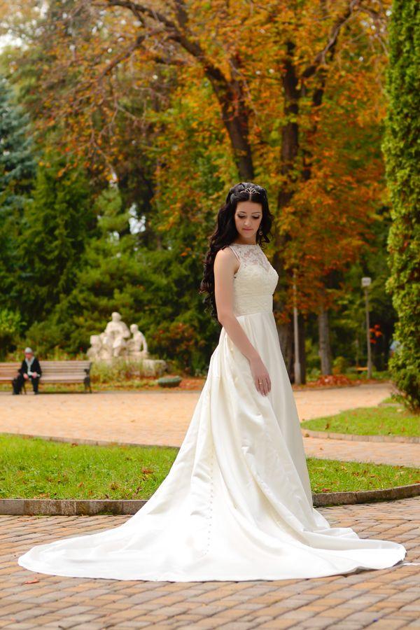 Платье А-силуэта с сатиновой юбкой со шлейфом  и кружевным закрытым верхом цвета айвори  - фото 3311951 Фотограф Сергей Салманов