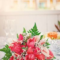 Букет невесты, небрежно оставленный на праздничном столе