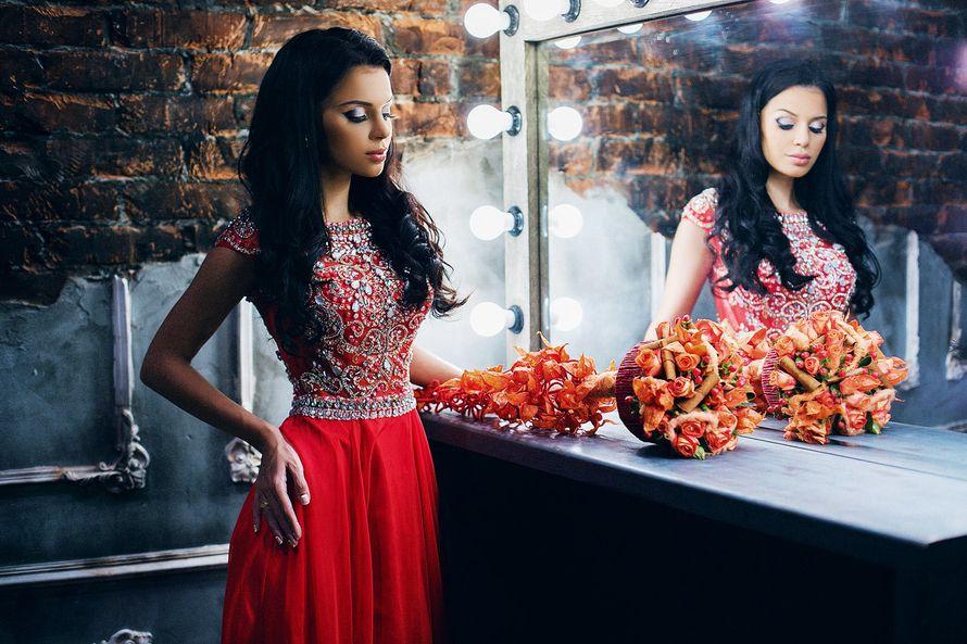 Подружка невесты в красном платье с расклешенным низом, приталенным расшитым лифом с коротким рукавом стоит у зеркала - фото 3340265 Amici di fiori - флористы