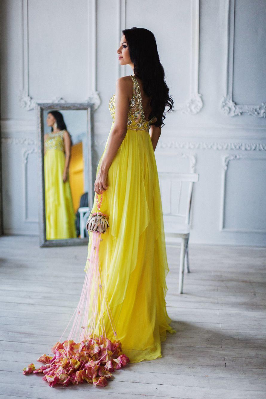 Подружка невесты в длинном желтом платье с открытой спиной без рукава с расшитым лифом и многослойным низом - фото 3340287 Amici di fiori - флористы