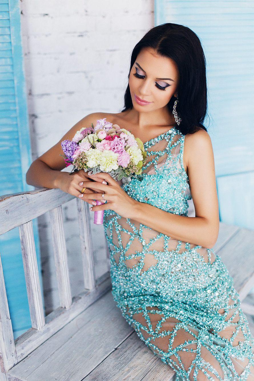 Невеста в полупрозрачном платье на одно плече из сетки и голбых блесток - фото 3340291 Amici di fiori - флористы
