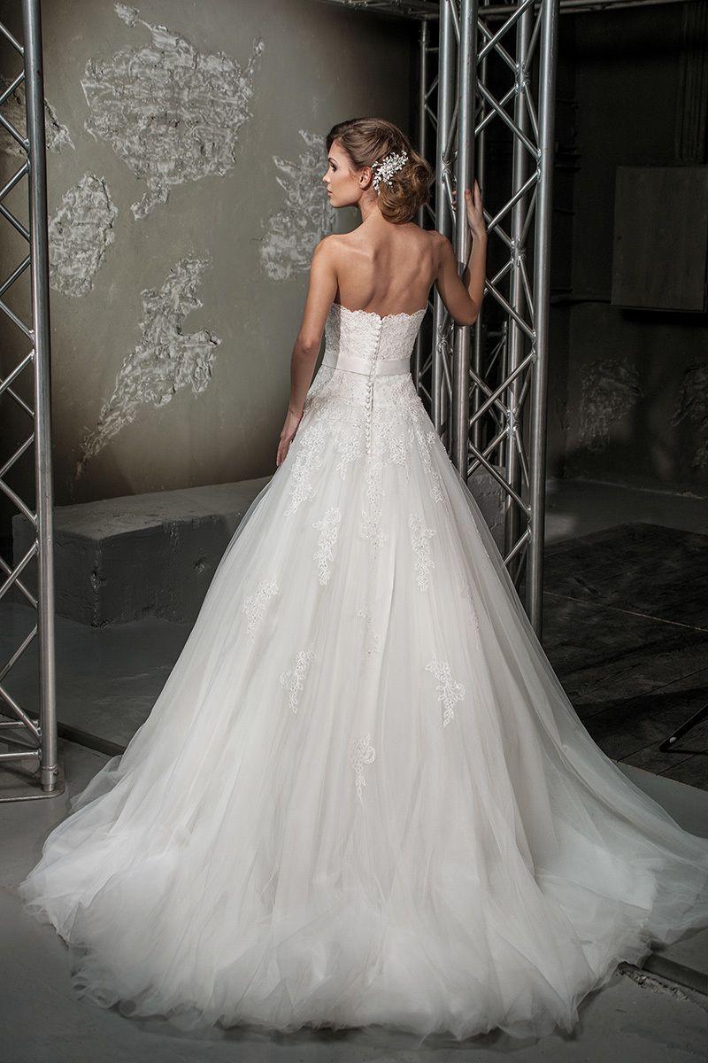 Кружевное платье А-силуэта с длинным шлейфом, на пуговицах сзади  - фото 3383857 Свадебный салон Regina