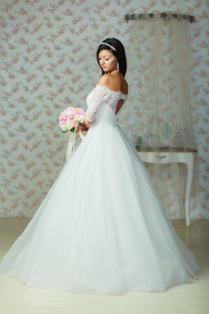 Пышное платье с кружевным корсетом с открытыми плечами и рукавами длинной три четверти  - фото 3401151 Салон Планета свадеб