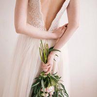 Свадебное платье Белия. Модный пудровый оттенок, глубокий V-образный вырез спереди и сзади.