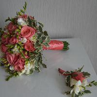 букет из фрезии и роз.
