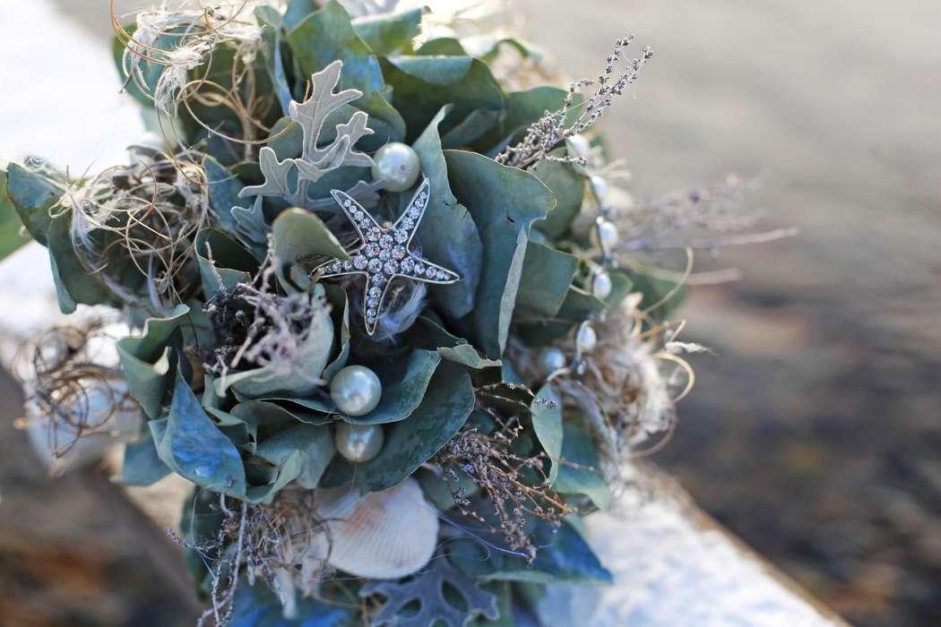 Букет невесты из серо-зеленой цинерарии, коричнево-серых сухоцветов и зеленых листьев в морском стиле, декорированный белыми - фото 3535863 Rozmarin Gala флористика и декор