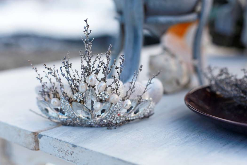Оформление фотосессии зимней свадьбы с использованием диадемы, украшенной кристаллами, жемчугом и цветами - фото 3535869 Rozmarin Gala флористика и декор