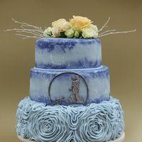 Свадебный торт с покрытием из мастики и живыми цветами