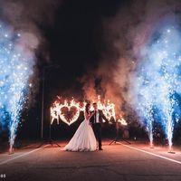 Огненная надпись и дорожка фонтанов