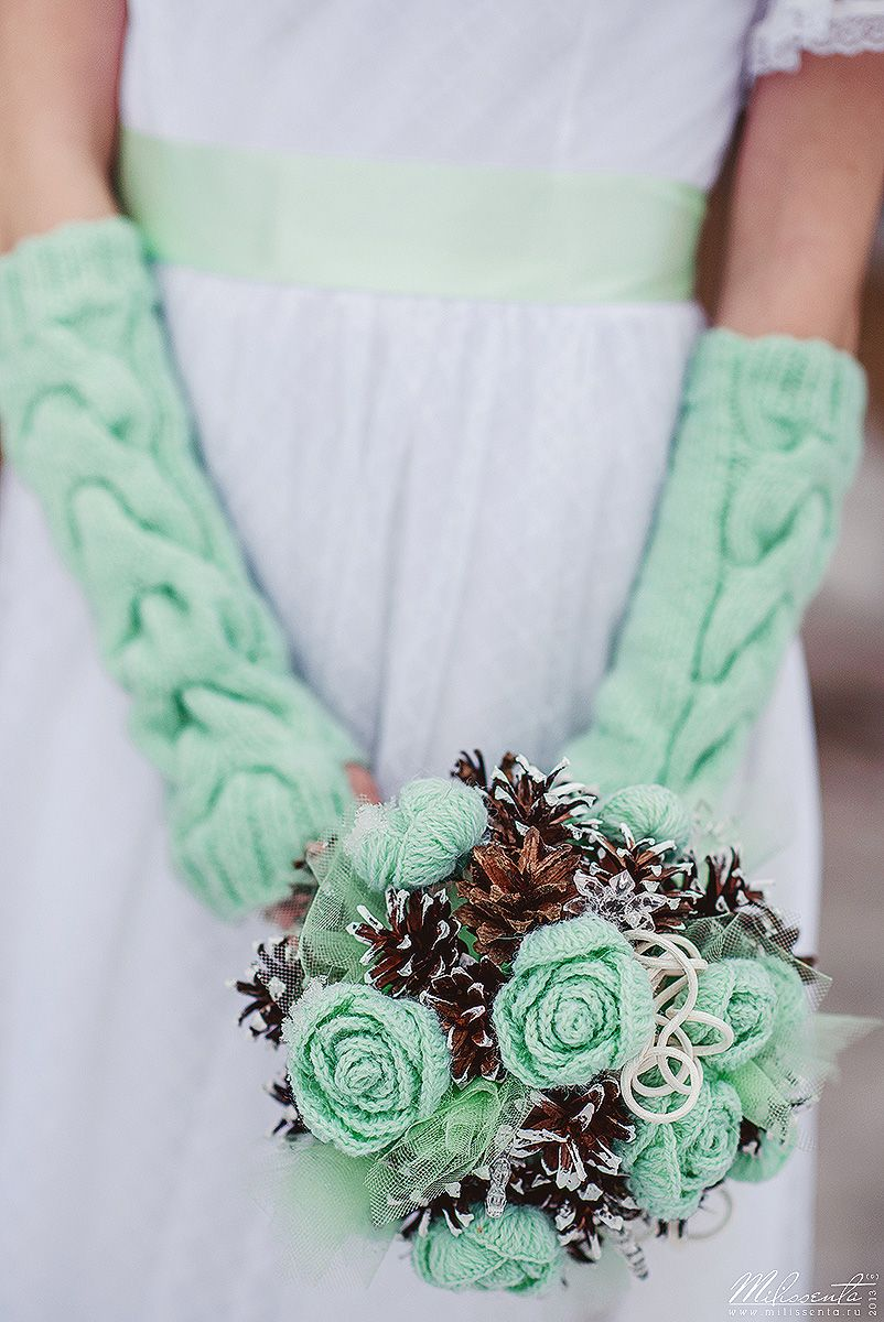 Зимний букет невесты из коричневых сосновых шишек и вязанных роз мятного цвета с вязанными митенками невесты мятного цвета  - фото 829687 Невеста01