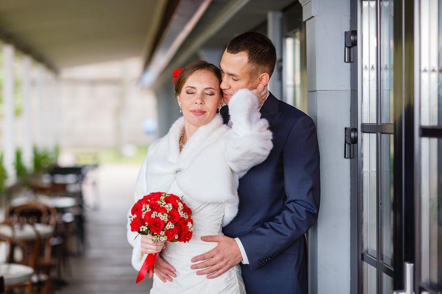 Жених и невеста стоят, прислонившись друг к другу, невеста держит букет красных цветов - фото 3650341 Фотограф Дмитрий Мельников