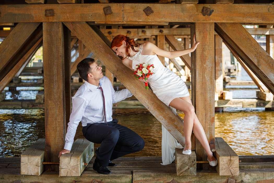 Невеста склонилась к жениху, на фоне деревянных балок - фото 3651565 Фотограф Дмитрий Мельников