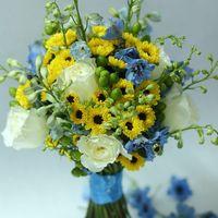 Букет невесты из желтых хризантем, белых роз и и голубых фиалок