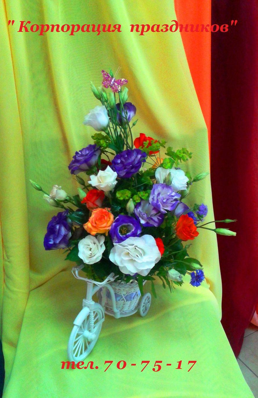 Композиция из живых цветов.