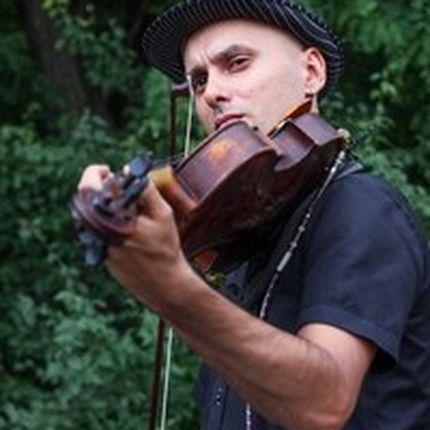 Выступление артиста со скрипкой