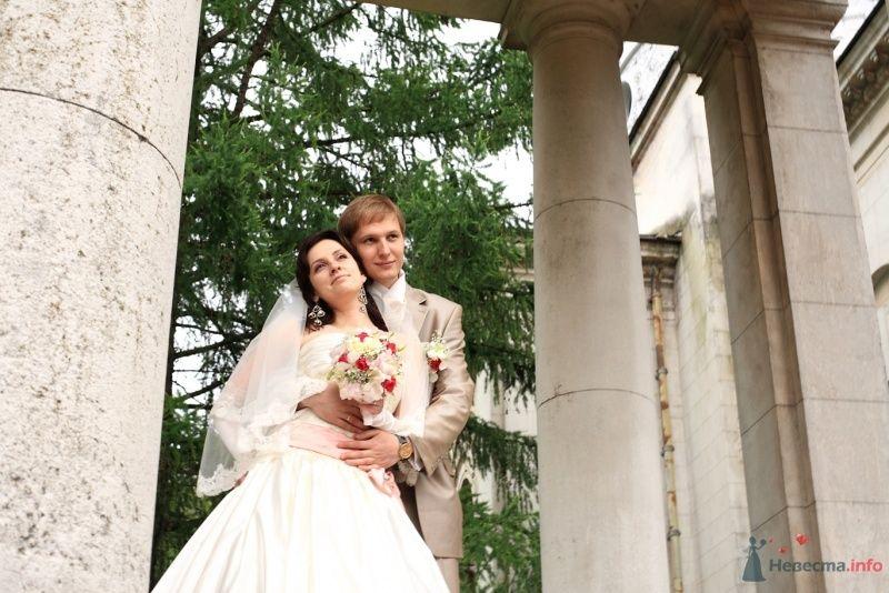 Жених и невеста, прислонившись друг к другу, стоят на фоне деревьев и - фото 31626 kelly