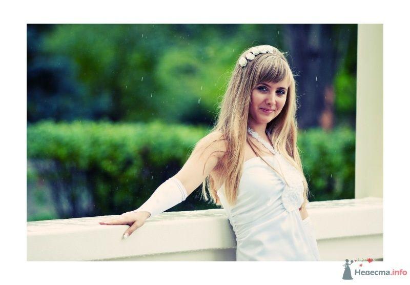 Невеста в белом платье стоит в парке - фото 51965 Dorogysha