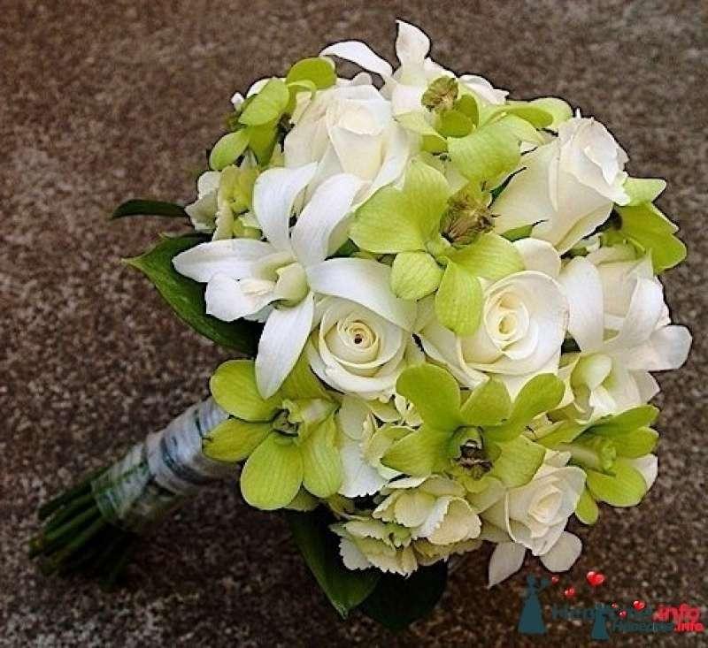 Ранункулюсами, букет невесты зеленые орхидеи и розы