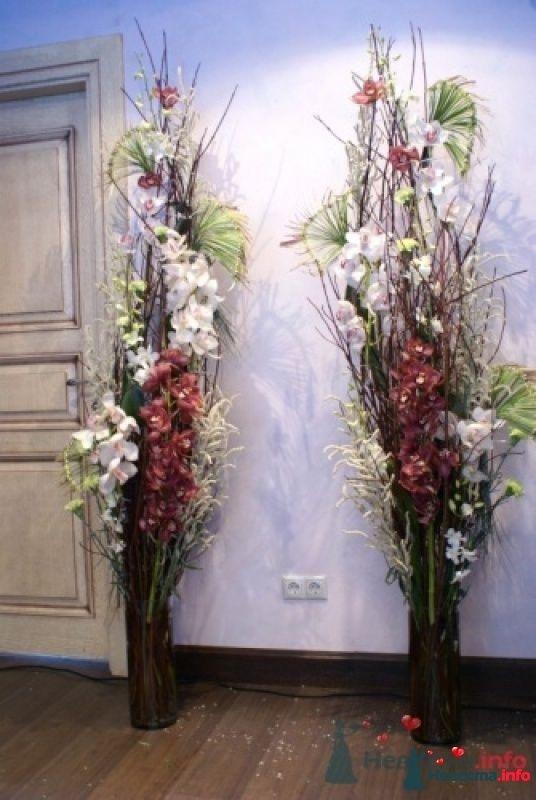Композиция из искусственных цветов в напольной вазе