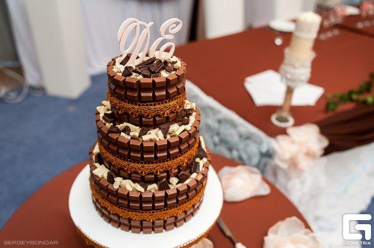 Трехъярусный  шоколадный торт , бортики которого сделаны с шоколада, сверху украшен инициалами.  - фото 2507857 Надежда Алябьева - свадебные торты