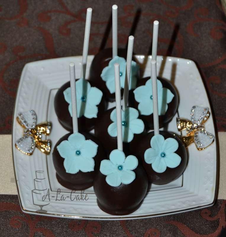 Шоколадные капкейки, украшенные голубыми цветами, на палочках  - фото 2507953 Надежда Алябьева - свадебные торты