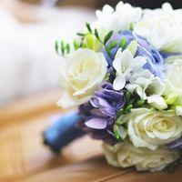 Букет невесты из голубых гортензий, белых фрезий и роз